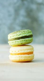 Macaron de gâteau coloré ou macaron sur fond en bois.