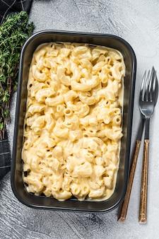 Macaroni au fromage américain avec sauce cheddar au fromage. fond blanc. vue de dessus.