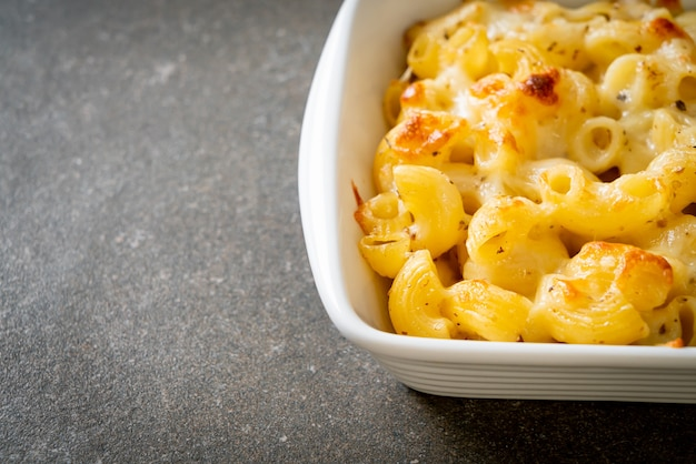 Macaroni au fromage, pâtes macaronis à la sauce au fromage - à l'américaine