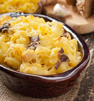 Macaroni au fromage, poulet et champignons cuits au four