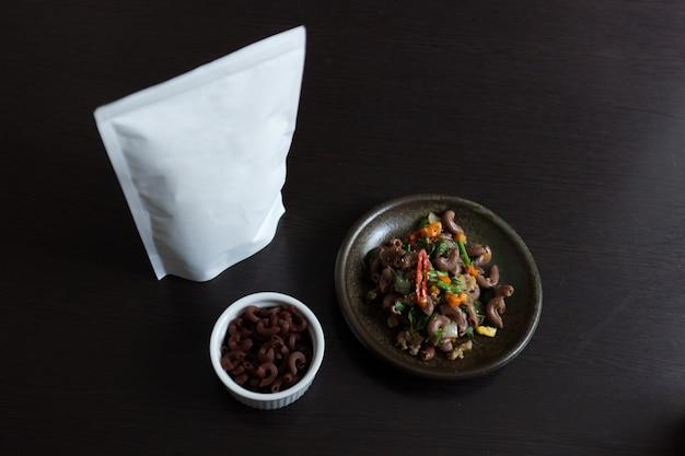 Macaroni aux piquants au basilic et émincé de porc. paquet d'espace blanc pour le texte