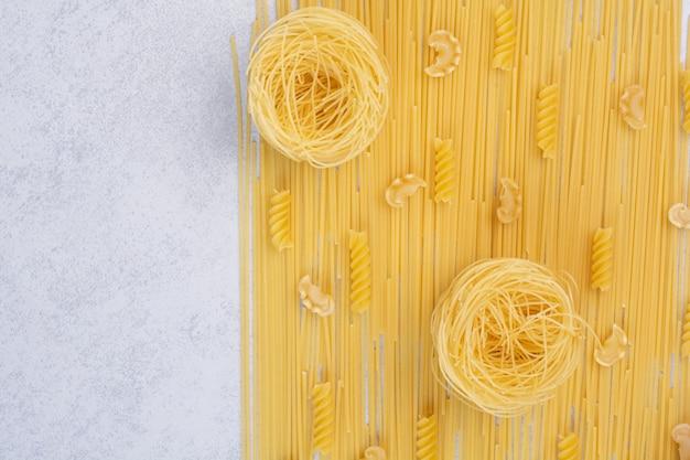 Macaroni frais non cuits sur espace blanc