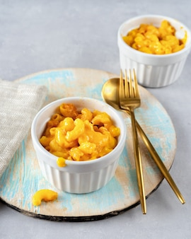 Macaroni et fromage dans deux tasses
