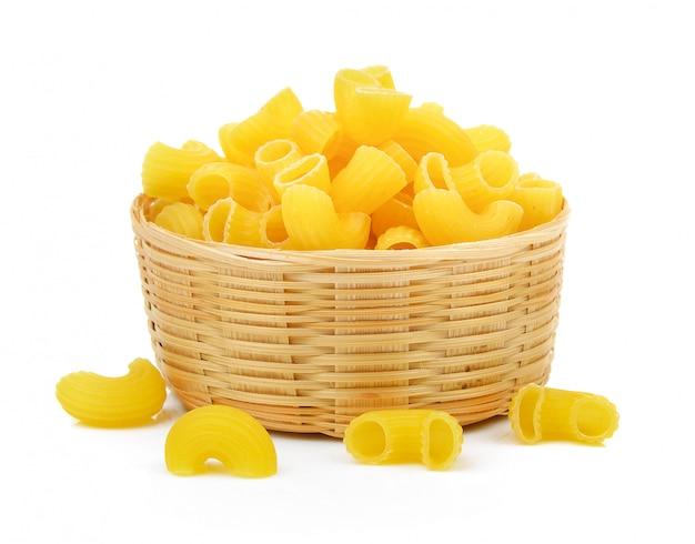 Macaroni sec dans le panier isolé