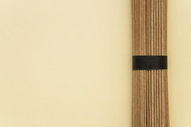 Macaroni sec sur un espace de copie de fond beige