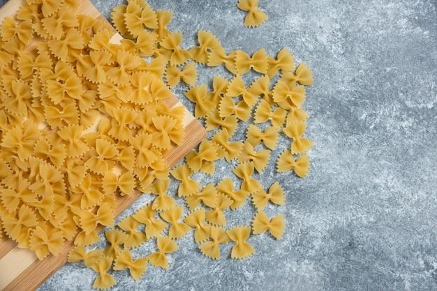 Macaronis arcs crus sur gris.