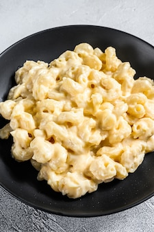 Macaronis au fromage. pâtes macaronis à la sauce au fromage