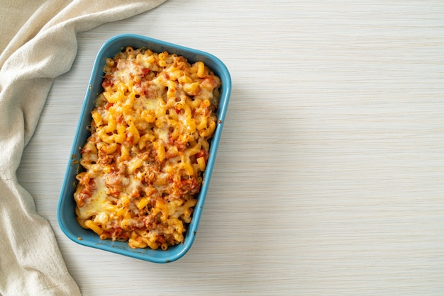 Macaronis à la bolognaise faits maison au fromage - style cuisine italienne