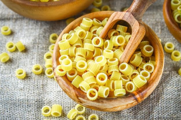 Macaronis ditalini. anneaux de pâtes. tubettini et dés à coudre anellini