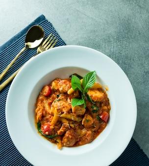 Macaronis sautés aux crevettes épicées pour le déjeuner ou le dîner