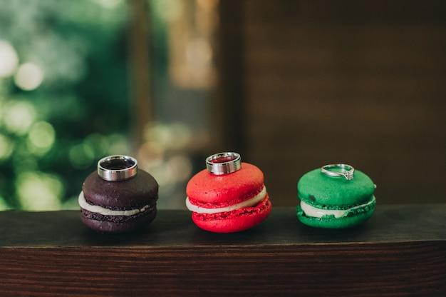 Macarons avec des anneaux de mariage gros plan, rétro filtre