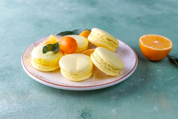 Macarons au citron avec fruits frais.