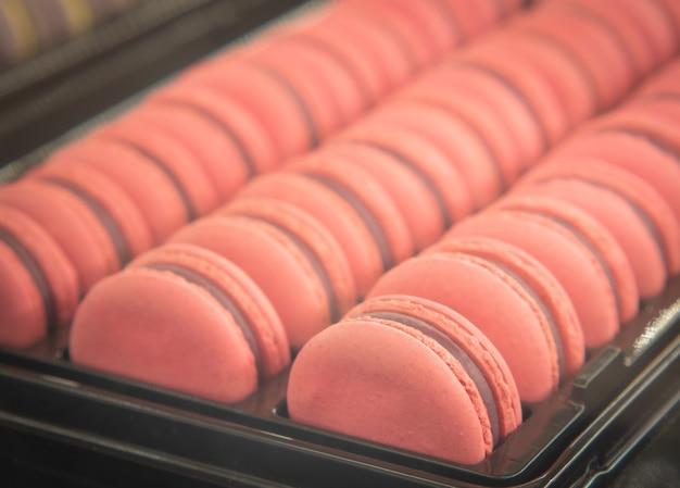 Macarons aux amandes roses douces ou biscuit sucré français.