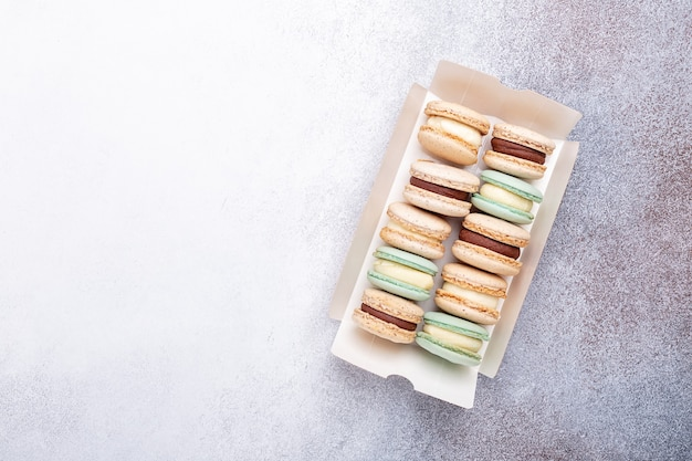Macarons en boîte sur fond de pierre. délicieux macarons français. espace de copie, vue de dessus - image