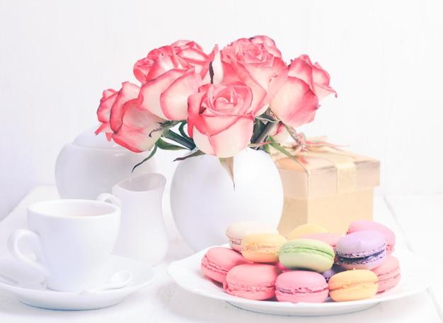 Macarons en coffret cadeau et roses en vase
