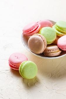 Macarons colorés sur les assiettes