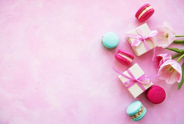 Macarons colorés et coffrets cadeaux