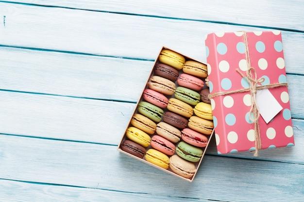 Macarons colorés dans une boîte cadeau