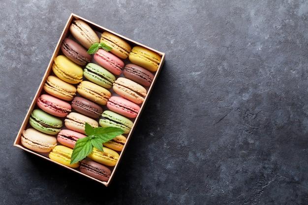 Macarons colorés dans une boîte