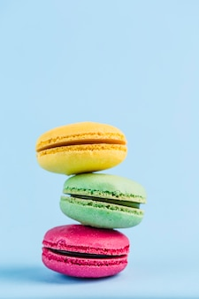 Macarons colorés sur un fond bleu, gros plan, flatley avec fond