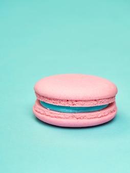 Macarons colorés sur fond bleu