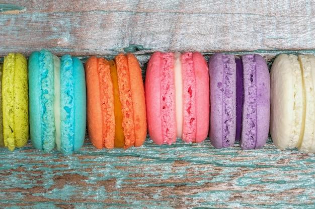 Macarons colorés sur fond en bois