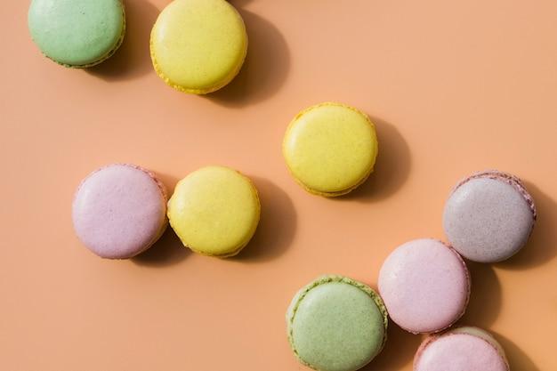 Macarons colorés sur fond coloré