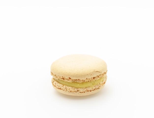 Macarons colorés français sur fond blanc.