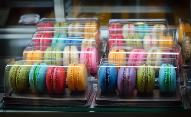 Macarons colorés français traditionnels dans des rangées dans une boîte
