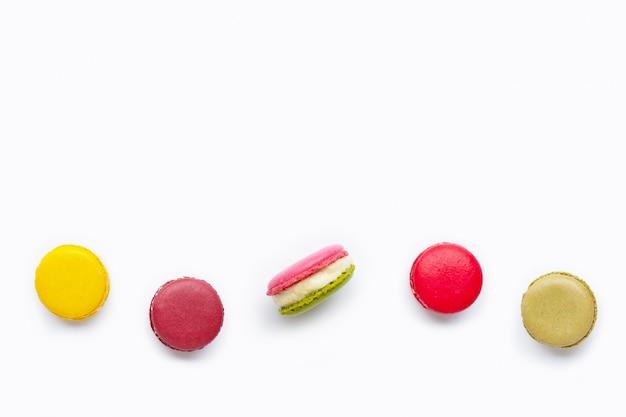 Macarons colorés isolés sur fond blanc