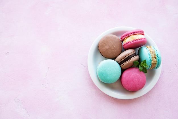 Macarons colorés et menthe