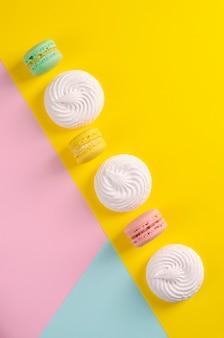 Macarons colorés sucrés ou macarons aux couleurs pastel colorées