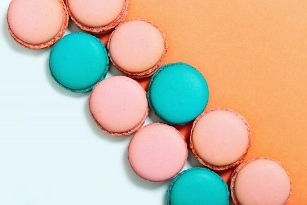 Macarons colorés sucrés. rangée de macarons à la menthe et roses. vue de dessus. espace de copie. couleurs pastel.