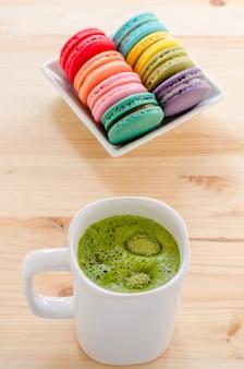 Macarons colorés et thé vert