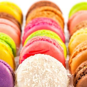 Macarons colorés traditionnels français dans une boîte