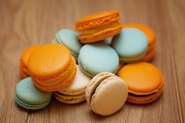 Macarons à dessert français sur table en bois