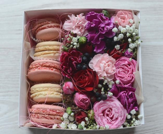 Macarons faits à la main avec des fleurs