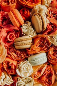 Macarons sur fond de fleurs