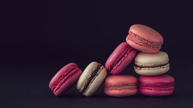 Macarons sur fond sombre, macarons français colorés