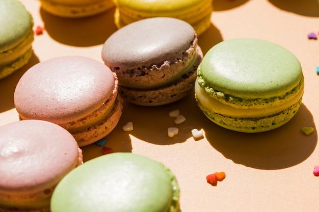 Macarons avec forme de coeur pépite sur fond beige