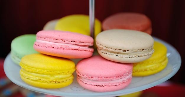 Macarons frais colorés sur une assiette