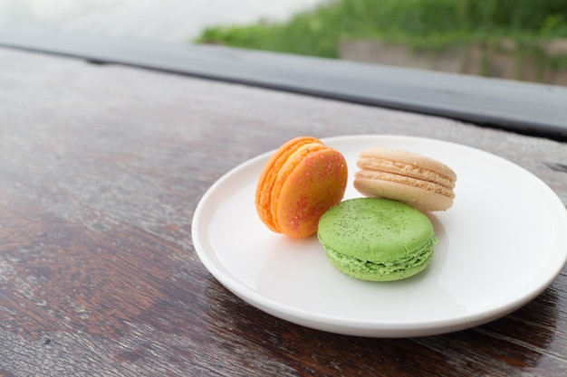 Macarons frais dans un café maison de boulangerie en plein air