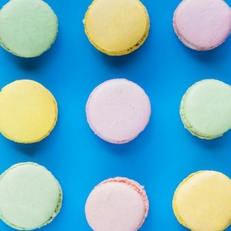 Macarons frais sur fond bleu