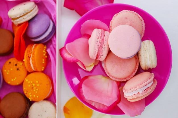 Macarons frais sur plaque rose