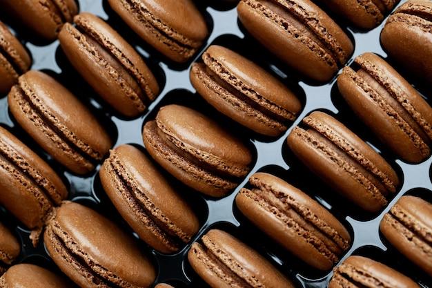 Des macarons français au chocolat sont dans la boulangerie.