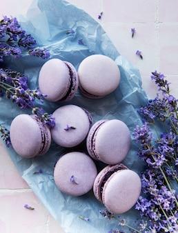Macarons français au goût de lavande et fleurs de lavande fraîches sur fond de tuile