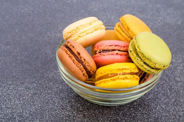 Macarons français aux amandes multicolores.
