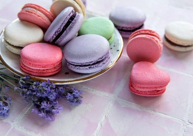 Macarons français aux différentes saveurs et fleurs de lavande fraîches