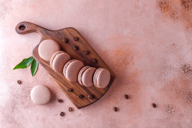 Macarons français aux grains de café.