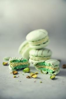 Macarons français aux pistaches à la menthe verte.